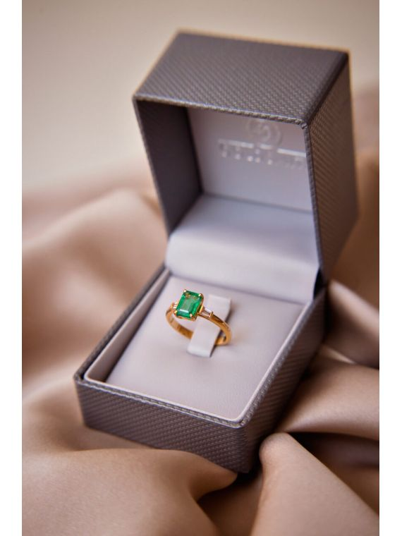 smaragdist ja baguette'iga lõigatud briljantidega sõrmus